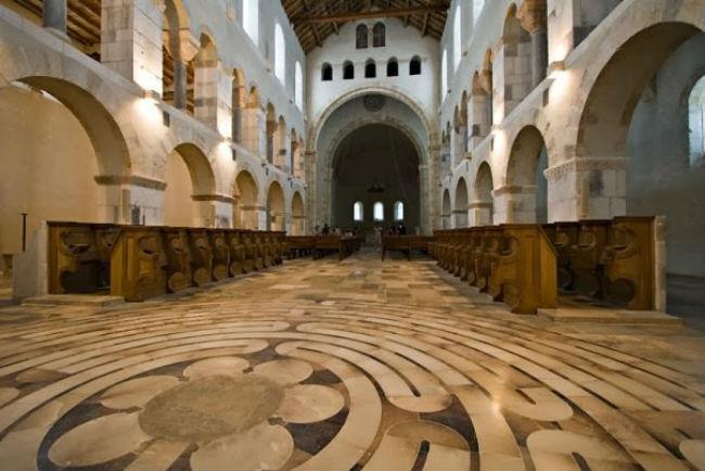 「明陣」可設於教堂地板上,信徒走在其上安靜心靈。(圖:網絡圖片)