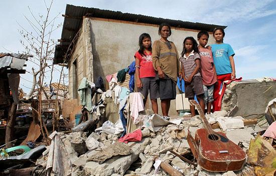災區滿目瘡痍,災民無家可歸。(圖:香港世界宣明會)